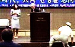 重家俊範在韓日本大使が7日、公開講演中、韓国の聴衆から石を投げつけられた。=(写真:MBCホームページ)