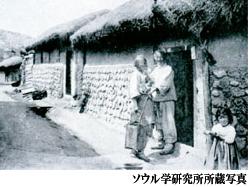 1900年頃のソウルの路地。ある老人が便が入った容器を持ったまま話をしている。