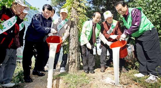 松の木にマッコリを与える行事が行われた。