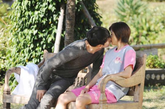 SBS週末ドラマ「シークレットガーデン」の撮影で、熱いベンチキスを交わしているヒョンビン(左)とハ・ジウォン(右)。