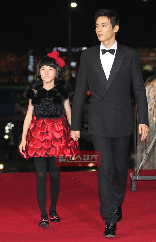 18日、大韓民国映画大賞授賞式のレッドカーペットでポーズを取っている子役女優キム・セロン(左)と俳優ウォンビン(右)。