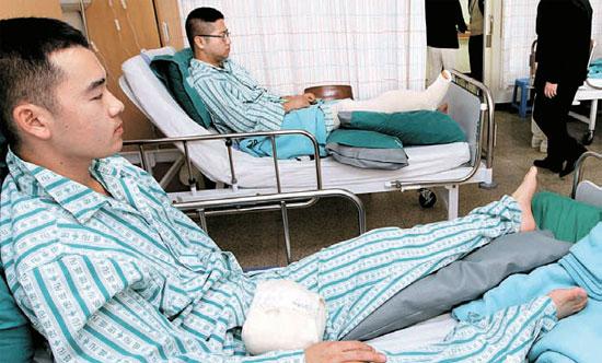 負傷した将兵らが24日午後、京畿道城南(キョンギド・ソンナム)の国軍首都病院で安静をとっている。