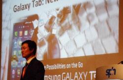 26日、ギャラクシータブ関連の発表をしている三星電子のユン・ハンギル常務(写真=三星電子)。