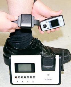 法務部が性犯罪者に対する監視を強化するため今月初めに新しく導入された電子足輪。