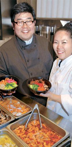 代表のジョン・ウ氏(左)とシェフのユ・ビンナ氏(右)がさまざまな種類のビビンパを披露している。