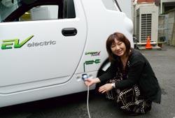韓国産電気自動車を利用する主婦シマザキ・サトエさん。