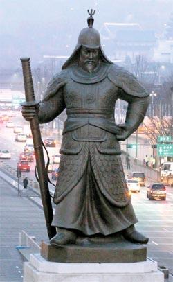 補修作業を終えた李舜臣将軍の銅像が、23日午前、ソウル光化門広場に復帰した。