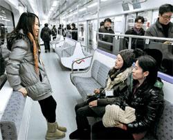 28日に公開された列車「SR001」の内部。