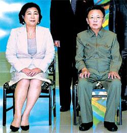09年8月の訪問当時に記念撮影をした玄貞恩現代グループ会長(左側)と金正日国防委員長。