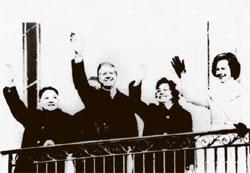 1979年1月、中国最高指導者では初めて米国を訪問したトウ小平(左)とジミー・カーター米大統領(左から2人目)。
