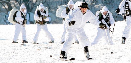 4日、特殊戦司令官出身の金相基陸軍参謀総長が隊員らとともにスキーで雪上機動訓練をしている。