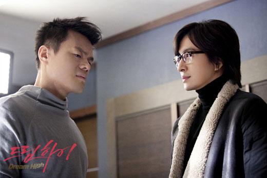 KBS2TVドラマ「ドリームハイ」に出演中のパク・ジニョン(左)とペ・ヨンジュン(写真=KBS)。