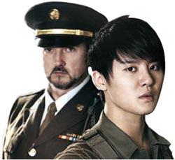 米軍大佐役を務めるブラッド・リトル(左)と韓国軍兵士ジュンを演じるキム・ジュンス。