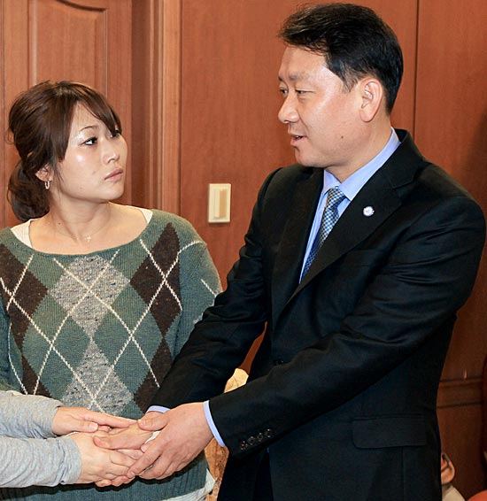江原道の李光宰知事が12日、道知事公館を訪れた棚橋ひなとさんを励ましている。