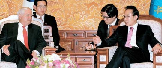 李明博大統領が14日、青瓦台でゲ-ツ米国防長官と対話している。