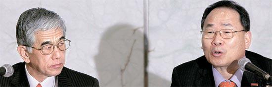 17日にソウルのプラザホテルで開かれた投資計画発表会。李泳官東レ先端素材社長(右)と日覚昭広東レ本社社長。