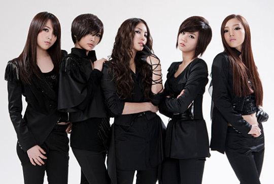 4人メンバーの専属契約の解除のニュースが伝えられたガールズグループのKARA。