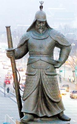 世宗路(セジョンロ)の李舜臣将軍銅像。