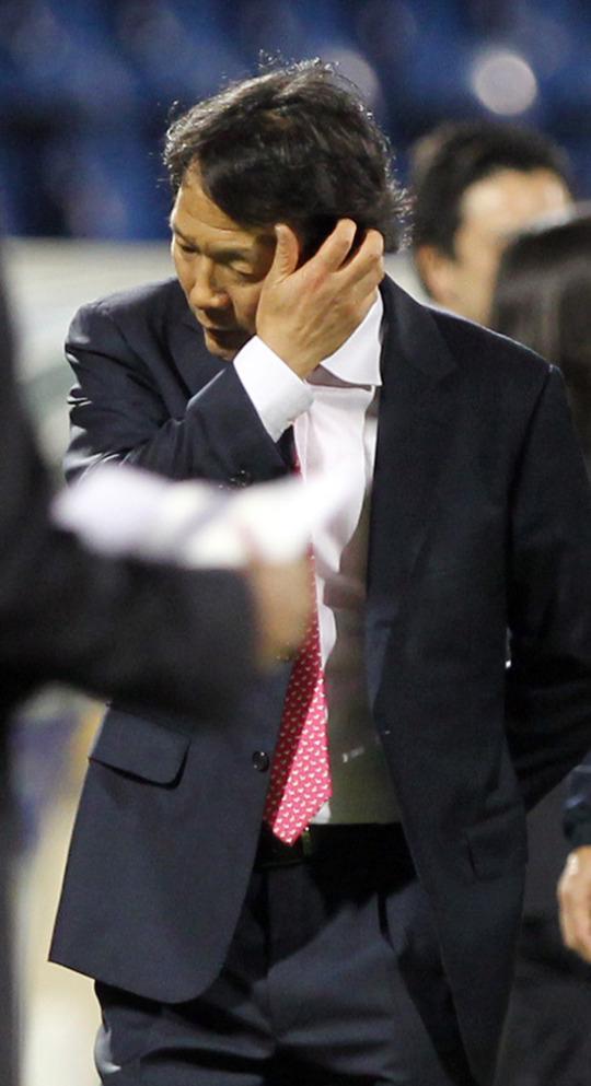 試合終了後、沈黙する韓国代表チームの趙広来(チョ・グァンレ)監督。