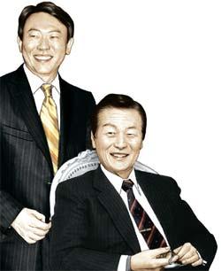 辛格浩ロッテグループ総括会長(写真右)と二男・辛東彬会長。