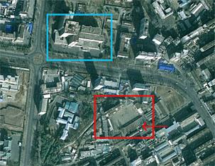 赤枠の建物が平壌保衛国戦車部隊の位置で、矢印が戦車を隠したところ。青枠の建物は金万有病院。(出典=自由アジア放送)