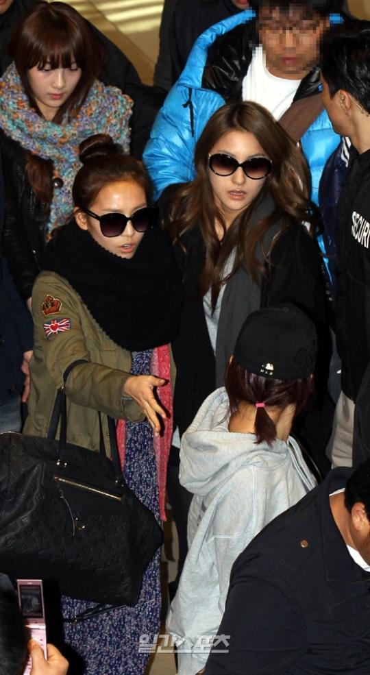 17日、日本に向けて出国するため金浦空港に登場したク・ハラ(左)とパク・ギュリ。