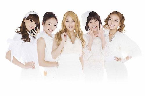 韓国出国当時とは全く違う表情で日本に入国し、日本メディアの関心を集めているKARAのメンバー。