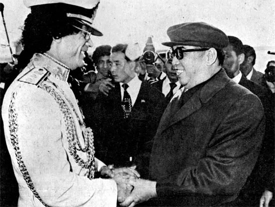 リビア最高指導者のカダフィー(右)が1982年10月に平壌に到着し金日成主席と握手している(写真=労働新聞)。