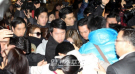 17日、押し寄せる取材人に囲まれながら金浦空港を通じて日本に向け出国しているKARAメンバー。