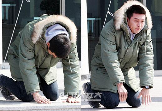 7日、慶尚北道浦項市烏川邑の海兵隊新兵教育隊訓練団で行われた入隊の記者会見でお辞儀をするヒョンビン。