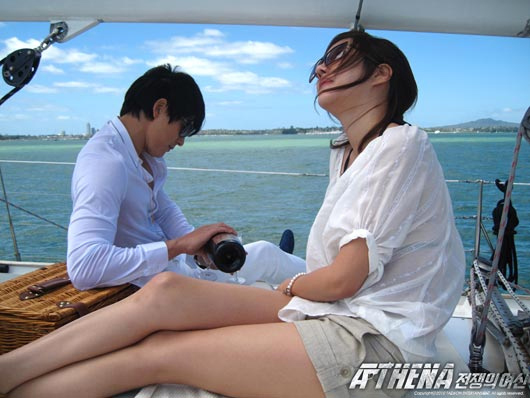 SBSドラマ「アテナ:戦争の女神」で共演していたチョン・ウソン(左奥)とイ・ジア(写真=SBS提供)。