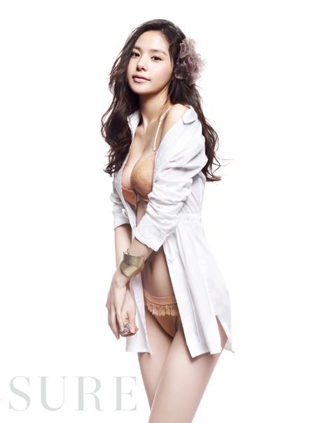 ファッション誌「SURE」4月号に掲載されたリーバイスボディウェア2011S/Sに登場したミン・ヒョリン(写真=SURE)。