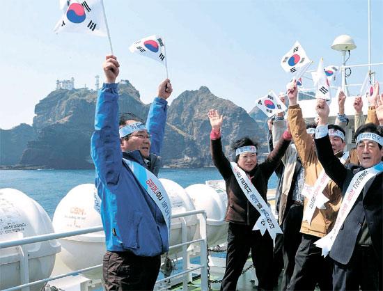 30日、独島(ドクト、日本名・竹島)を背景に日本糾弾集会が開かれた(写真=慶尚北道教育庁提供)。