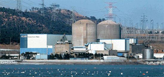 古里原子力発電所。原子炉の建物の前は防波堤がなく海が広がり、後ろには山が控えている。