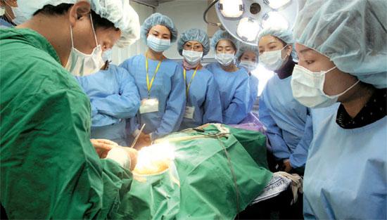 中国から来た整形外科医が30日、ソウル論硯洞BKトンヤン整形外科手術室でシン・ヨンホ院長の手術を見ている。