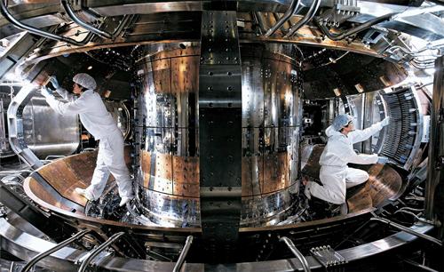 試験用核融合炉「KSTAR」内部で作業を行う研究員。