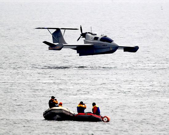 6日、京幾道華城市(キョンギド・ファソンシ)宮坪(グンピョン)沖で試験飛行しているウィッグ船(Wig Ship)「アロン7」。