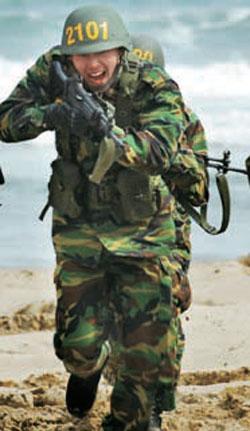 浦項教育訓練団で訓練を受けている俳優ヒョンビン(29、本名キム・テピョン、写真=海兵隊ブログ「飛べ、マリンボーイ」)。