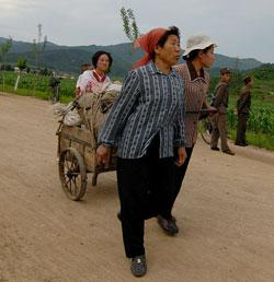 荷物を運ぶ北朝鮮の住民。