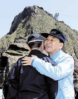 李在五(イ・ジェオ)特任長官が12日、海軍のヘリコプターに乗って独島(ドクト、日本名・竹島)を訪問した。