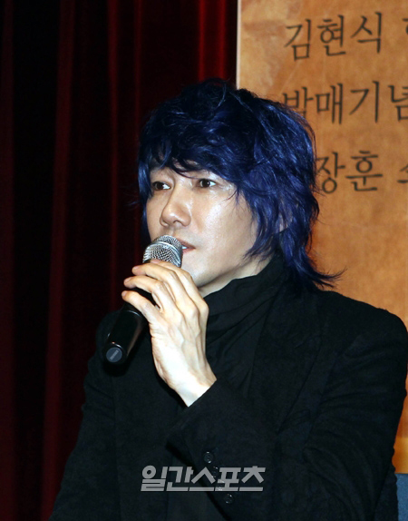 独島(トクト、日本名・竹島)と関連し、日本の外務省の主張に反論する資料を公開した歌手キム・ジャンフン。