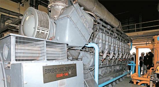 18日釜山市機張郡の古里原発1号機で取材陣と釜山市庁関係者らが非常発電所のディーゼル発電機を視察している。