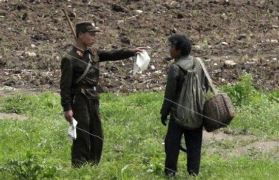 北朝鮮の軍人が中国国境地帯で監視している(写真=チュジンチョソン)。