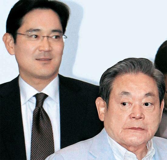 21日、ソウル瑞草洞三星本社に出勤した李健煕三星電子会長(右)と一人息子の李在鎔三星電子社長。