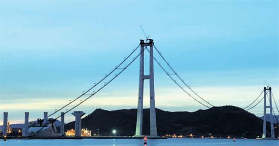 忠武公李舜臣(イ・スンシン)将軍の第466回生誕日の28日、李舜臣大橋が壮大な姿を現した。