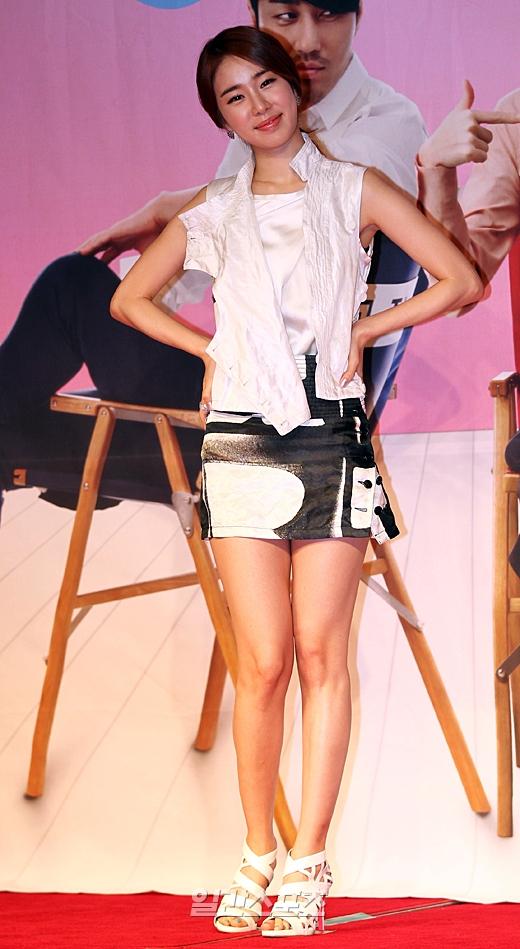 女優ユ・インナが新ドラマ「最高の愛」の制作発表会で写真撮影に応じている。