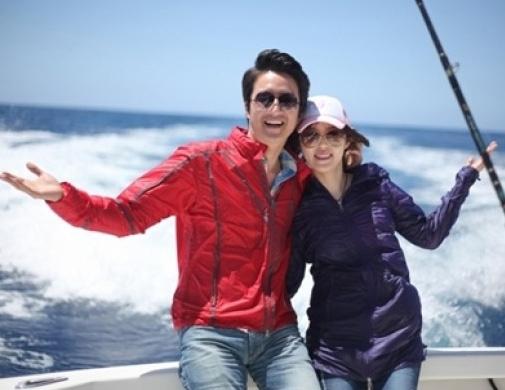 3月25日、MBCアナウンサーのイ・ハジョンさん(右)と結婚したチョン・ジュノ。