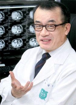 4日、末期の肺がん患者の治療過程について説明しているソウル大病院の方英柱(バン・ヨンジュ)教授。