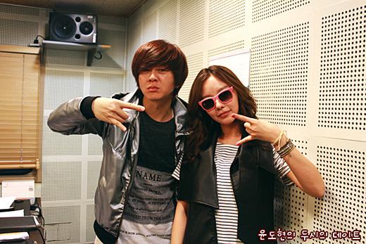 歌手のユン・ドヒョン(左)と女優のキム・アジュン(写真=キム・アジュン所属事務所のトロフィーエンターテイメント)。