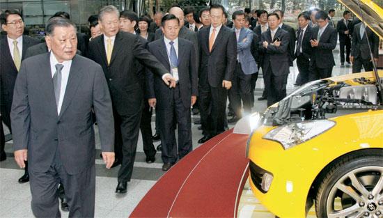 鄭夢九・現代車グループ会長(一番前)が12日、中国現地法人「北京現代」のディーラー約40人と「ジェネシスクーペ」を見ている。